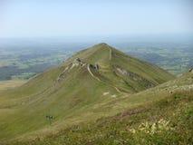 Panorama de las montañas verdes de los volcanes del Auvergne en Francia Imagenes de archivo
