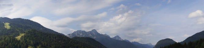 Panorama de las montan@as Vista de las montañas de la ciudad italiana de Camporosso en Valcanale, Italia fotografía de archivo