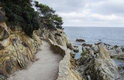 Panorama de las rocas y del camino cerca de la costa de Lloret de Mar en un día de verano hermoso, Costa Brava, Cataluña, España fotos de archivo libres de regalías