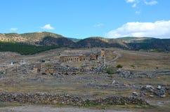 Panorama de las ruinas de la ciudad antigua de Hierapolis cerca de Pamukkale, Turquía fotografía de archivo libre de regalías