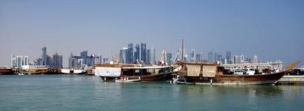 Panorama de las torres y del mar de los dhows de Doha Imagenes de archivo