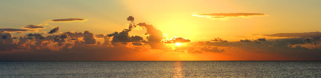 Panorama de lever de soleil au-dessus de mer Images stock