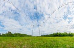Panorama de lignes électriques Paysage vert d'été Photo libre de droits