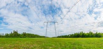 Panorama de lignes électriques Paysage vert d'été Photographie stock