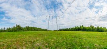 Panorama de lignes électriques Paysage vert d'été Photos stock