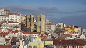 Panorama de Lisboa Silueta del hombre de negocios Cowering Lisboa es la capital y la ciudad más grande de Portugal Lisboa es el ` almacen de metraje de vídeo