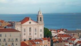 Panorama de Lisboa Silueta del hombre de negocios Cowering Lisboa es la capital y la ciudad más grande de Portugal Lisboa es el ` metrajes