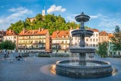 Panorama de Ljubljana, de fonte e de castelo, Eslovênia, Europa foto de stock