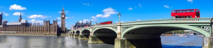 Panorama de Londres avec les autobus rouges sur le pont contre Big Ben en Angleterre, R-U photographie stock libre de droits