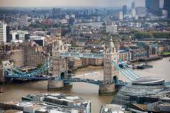 Panorama de Londres com o rio Tamisa da ponte da torre Imagem de Stock Royalty Free