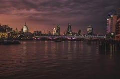 Panorama de Londres en Támesis Foto de archivo
