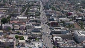 Panorama de Los Angeles como visto da movimentação de Mulholland Opinião da cidade de Los Angeles com tráfego na autoestrada video estoque