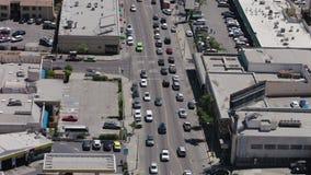 Panorama de Los Angeles como visto da movimentação de Mulholland Opinião da cidade de Los Angeles com tráfego na autoestrada filme