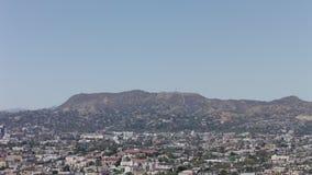 Panorama de Los Angeles como visto da movimentação de Mulholland Opinião da cidade de Los Angeles com tráfego na autoestrada vídeos de arquivo