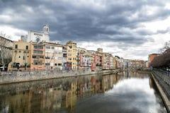 Panorama de los edificios de los olds en el riverbank en Girona, Cataluña, España imágenes de archivo libres de regalías