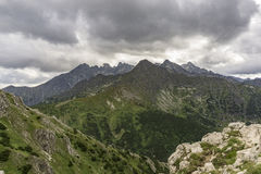 Panorama de los grandes picos debajo de las nubes Montañas de Tatra S Foto de archivo libre de regalías