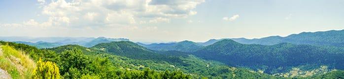 Panorama de los picos de montaña Imagen de archivo