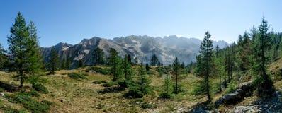 Panorama de los picos de montaña Imagen de archivo libre de regalías