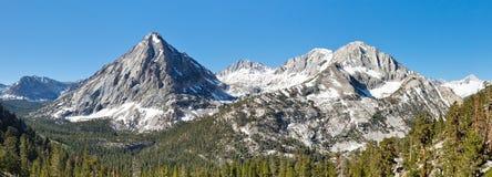 Panorama de los picos de montaña de Sierra Nevada fotografía de archivo libre de regalías