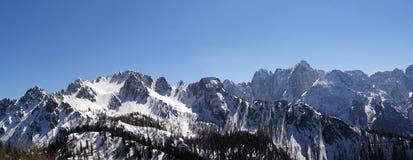 Panorama de los picos de montaña del invierno Foto de archivo libre de regalías