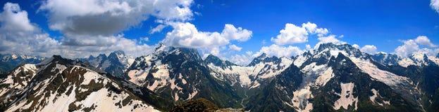 Panorama de los picos de montaña en Dombai Fotos de archivo