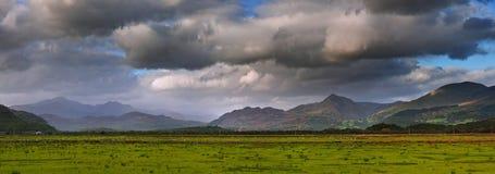 Panorama de los rangos de montaña de Snowdon fotos de archivo libres de regalías
