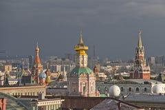 Panorama de los tejados de Moscú en la puesta del sol Imagen de archivo libre de regalías