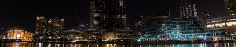 Panorama de luces en skyscrappers y de edificios alrededor del lago adentro Fotos de archivo libres de regalías