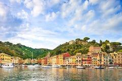 Señal de lujo del pueblo de Portofino, opinión del panorama. Liguria, Italia Imagen de archivo libre de regalías