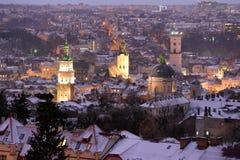 Panorama de Lviv dans la nuit d'hiver, Ukraine Image stock