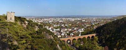 Panorama de Mödling (Austria) y del acueducto Foto de archivo libre de regalías