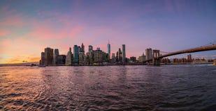 Panorama de Manhattan durante o por do sol do parque da ponte de Brooklyn fotos de stock