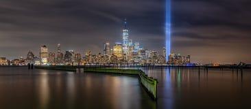 Panorama de Manhattan durante tributo del 11 de septiembre en monumento ligero fotos de archivo