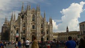 Panorama de marche avant 4k Milan Italie de place de cathédrale de duomo de ciel bleu de jour ensoleillé banque de vidéos