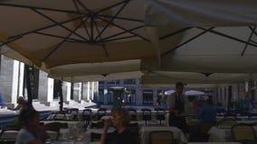 Panorama de marche 4k Italie de terrasse de café de vue de rue de galerie de ville de Milan de jour ensoleillé banque de vidéos