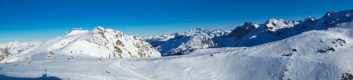 Panorama de Meribel y de Mont Blanc fotos de archivo