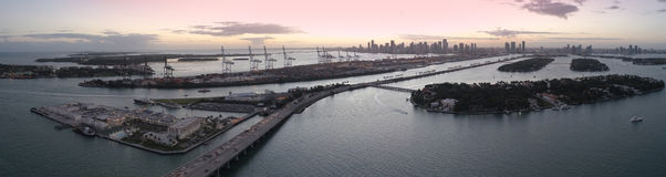 Panorama de Miami au crépuscule Photos stock
