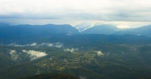 Panorama de montañas con horizonte azul Foto de archivo libre de regalías