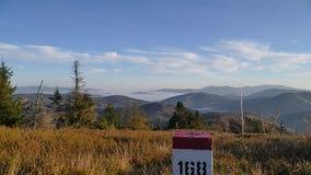 Panorama de montañas en la frontera nacional horizontal imagen de archivo libre de regalías
