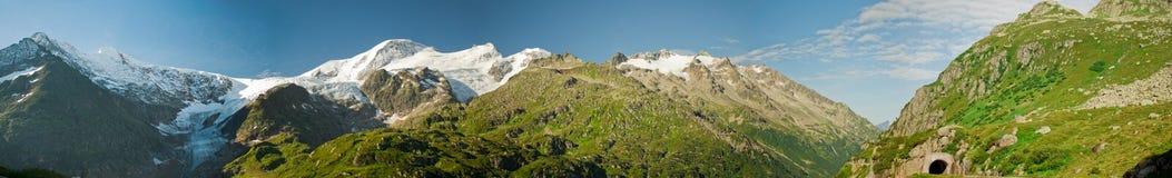 Panorama de montañas verdes fotografía de archivo