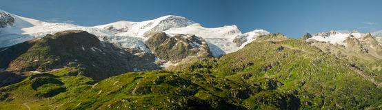 Panorama de montañas verdes fotografía de archivo libre de regalías