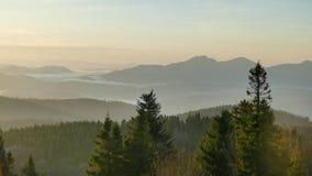 Panorama de montagne après lever de soleil Automne tôt Vue du haut de Velka Raca Pologne photographie stock