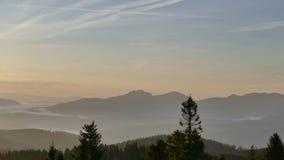 Panorama de montagne après lever de soleil Automne tôt Vue du haut de Velka Raca Pologne images libres de droits