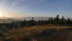 Panorama de montagne après lever de soleil Automne tôt Vue du haut de Velka Raca Pologne image libre de droits