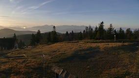 Panorama de montagne après lever de soleil Automne tôt Vue du haut de Velka Raca Pologne photo stock