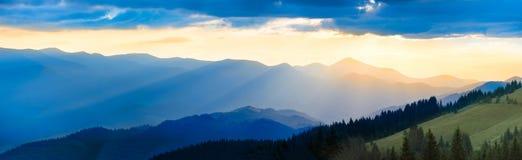 Panorama de montagne au coucher du soleil Photos stock