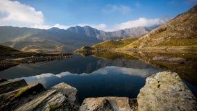 Panorama de montagne avec la réflexion de la plus haute montagne Snowden de Gallois Images stock
