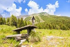 Panorama de montagne avec la table et les bancs pour le repos Image libre de droits