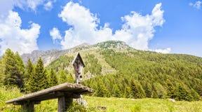 Panorama de montagne avec la table et les bancs pour le repos et le crucifi Image libre de droits