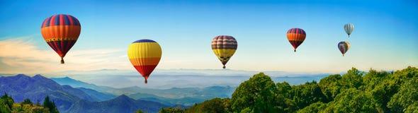 Panorama de montagne avec les ballons à air chauds le matin chez Thailan images stock
